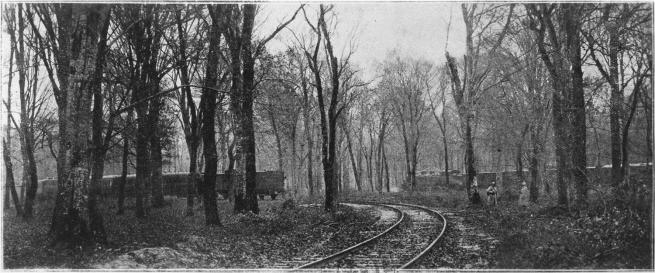 Emplacement des trains du maréchal Foch et des parlementaires allemands la veille de l'armistice. À dr. : le train du maréchal Foch ; à g. : celui des Allemands.