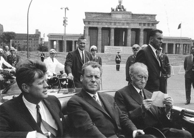 Kennedy à Berlin : l'écriteau géant de la porte de Brandebourg